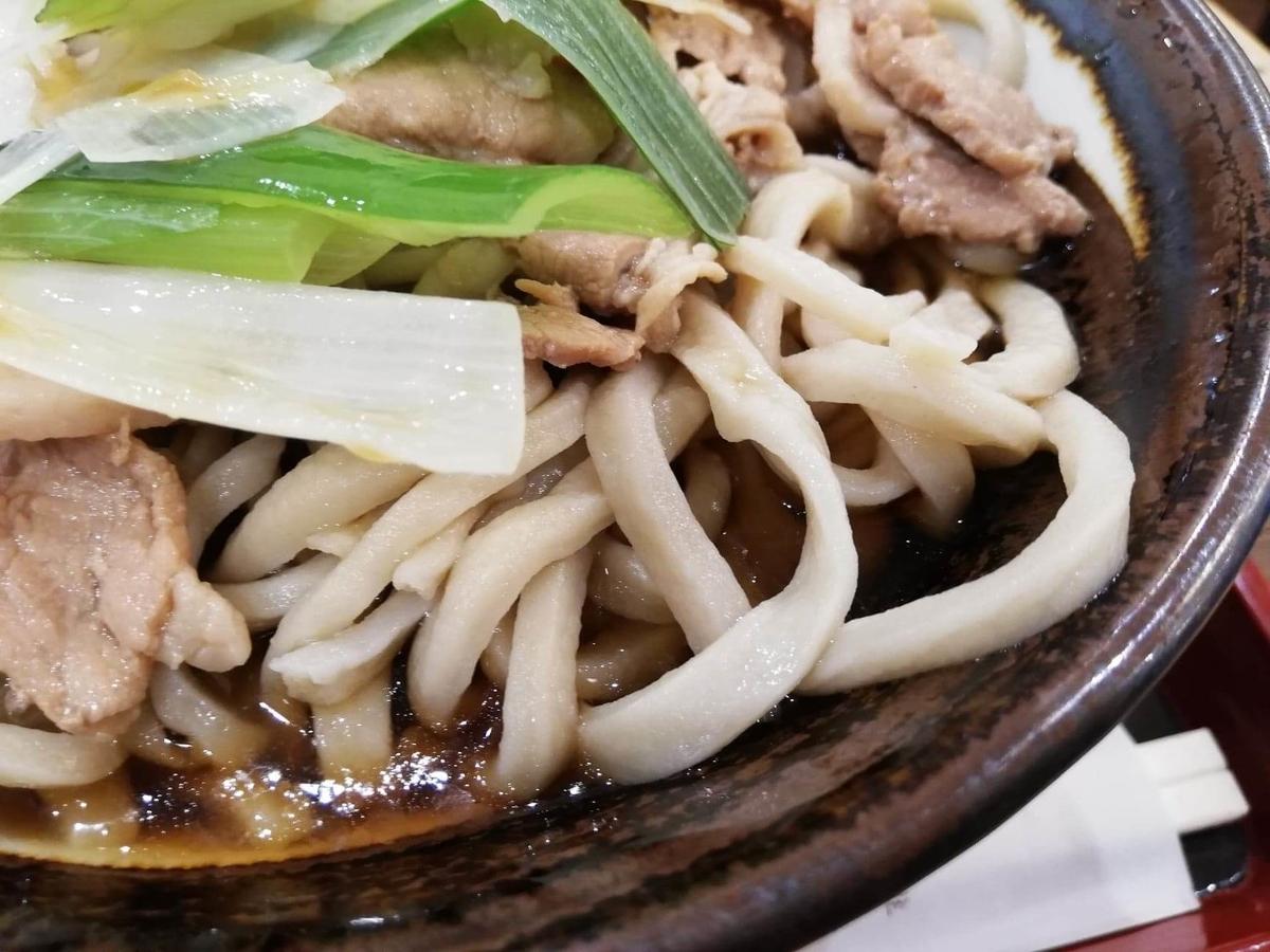 『浅草角萬』の冷やし肉南蛮の麺のアップ写真