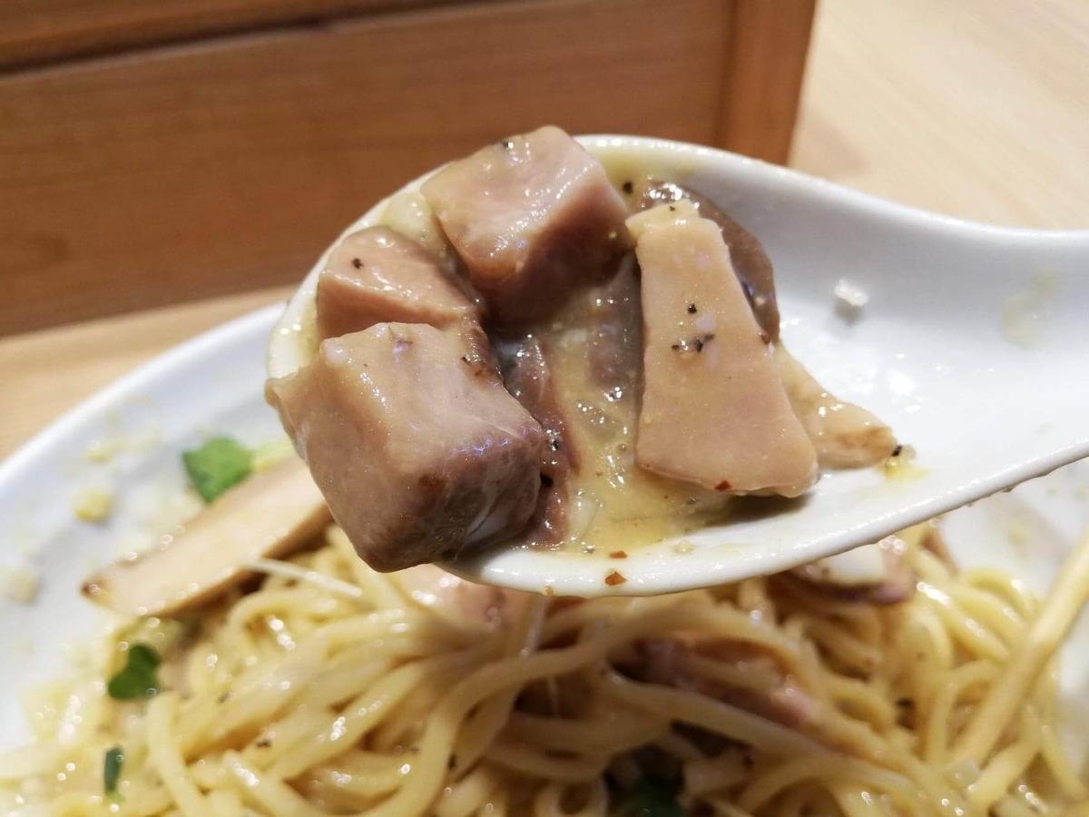 秋津(新秋津)『麺場二寅』の鶏肉をレンゲですくっている写真①