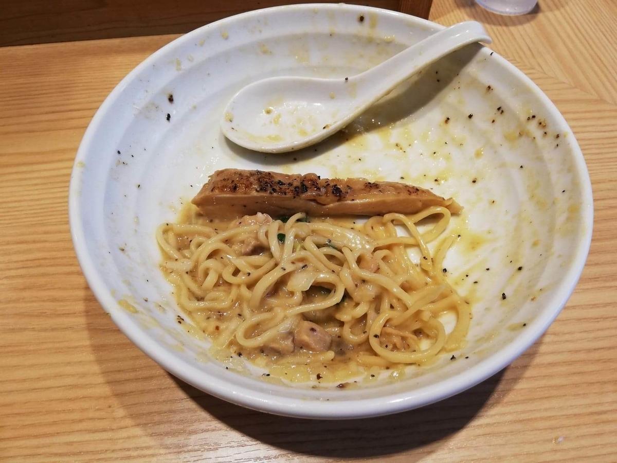 秋津(新秋津)『麺場二寅』の、残り少しの鶏ボナーラの写真