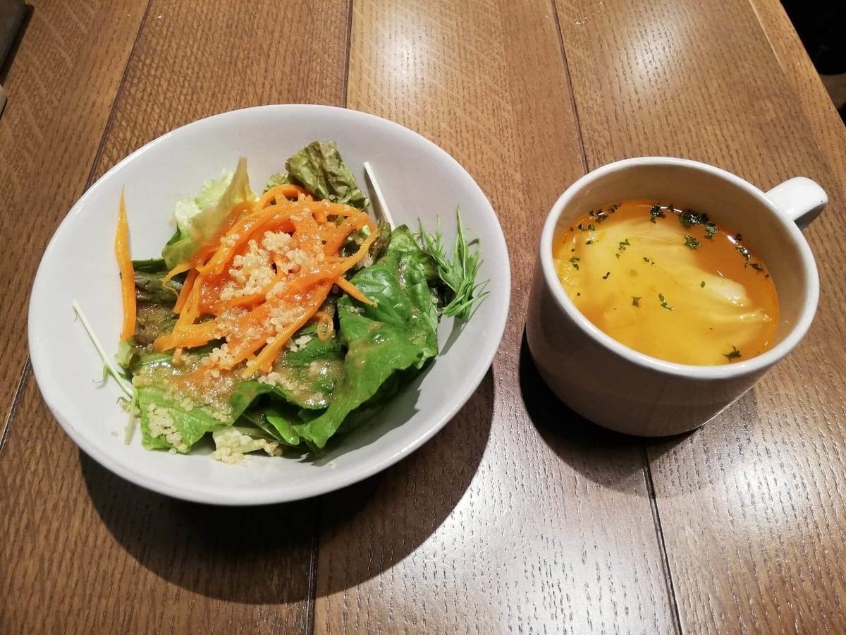 池袋『CHEESE CHEESE & Meat. COMTE』のサラダとスープの写真
