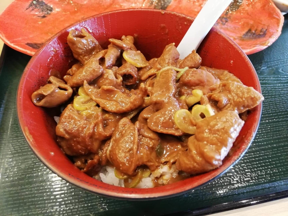 久米川『東京餃子食堂』のモツ煮を乗せたライスの写真