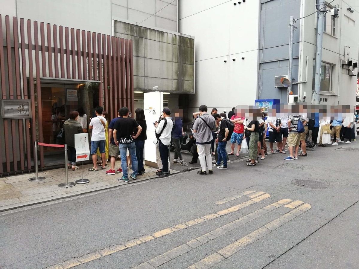 香川県高松市『骨付鳥一鶴』の行列写真