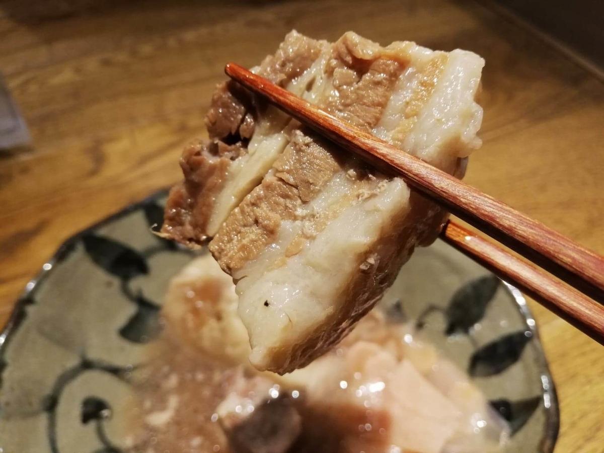 香川県高松市『瀬戸内豚料理紅い豚』の角煮を箸で掴んでいる写真①