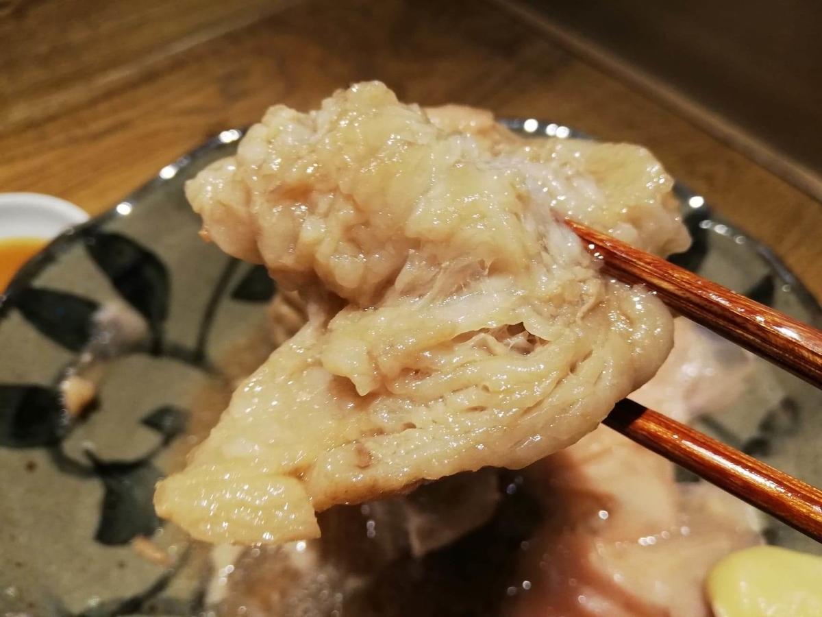 香川県高松市『瀬戸内豚料理紅い豚』の角煮を箸で掴んでいる写真②
