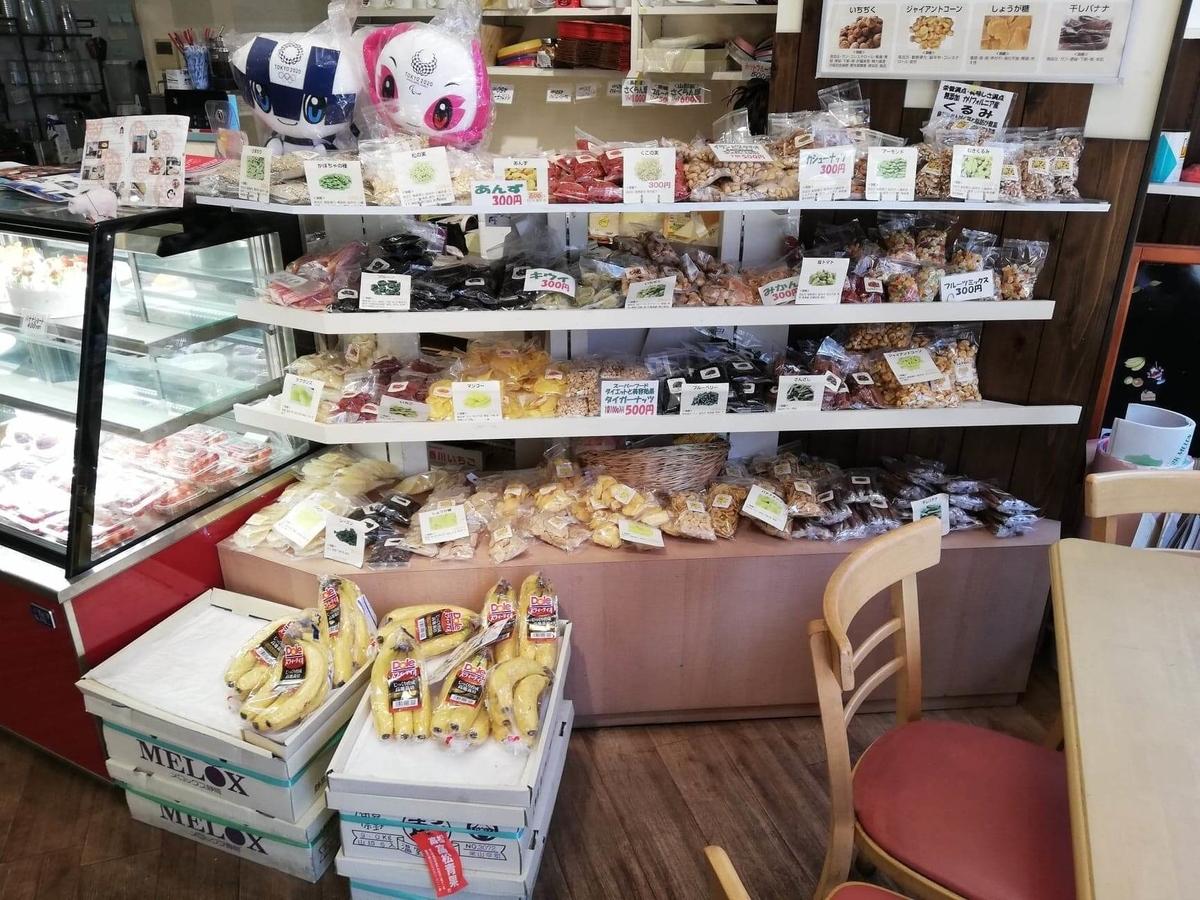 香川県高松市『三びきの子ぶた』の商品棚の写真