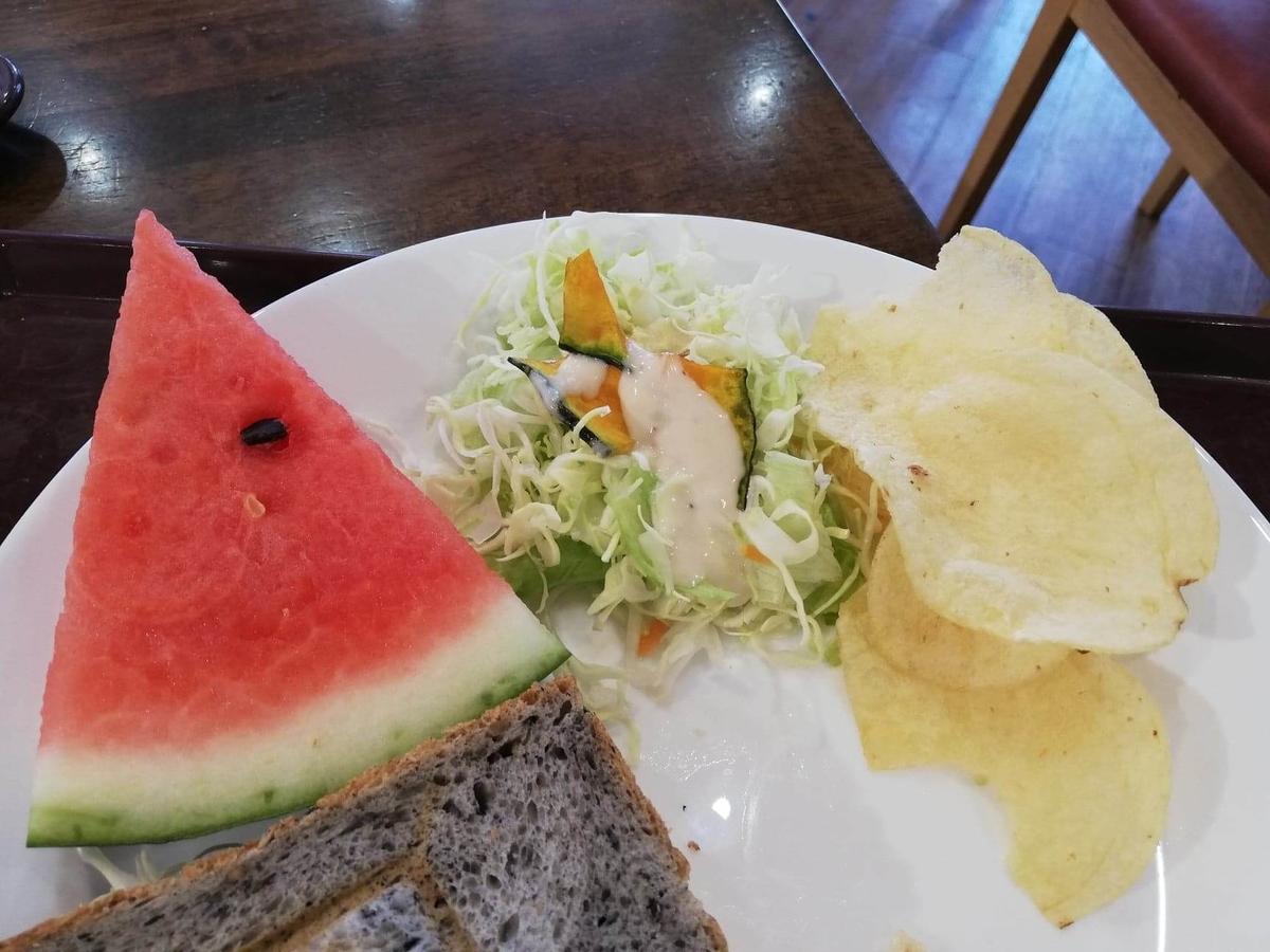 香川県高松市『三びきの子ぶた』のサラダとスイカとポテトチップスの写真