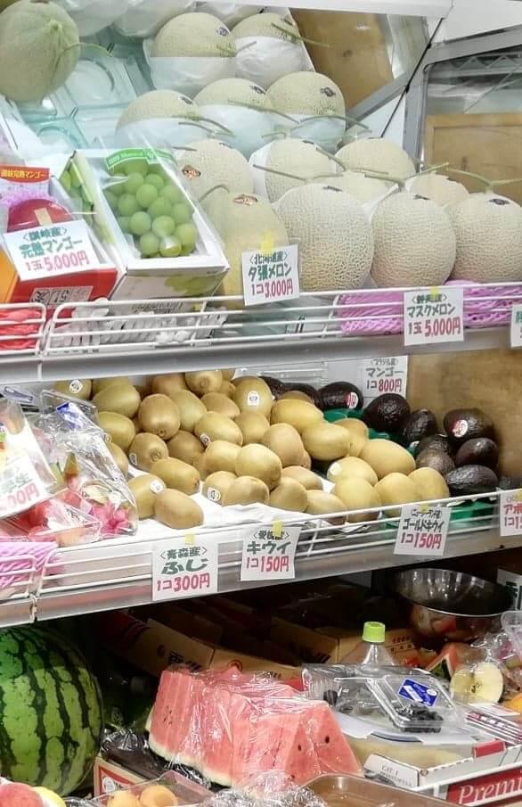 香川県高松市『三びきの子ぶた』の店内にあるフルーツ棚のアップ写真②