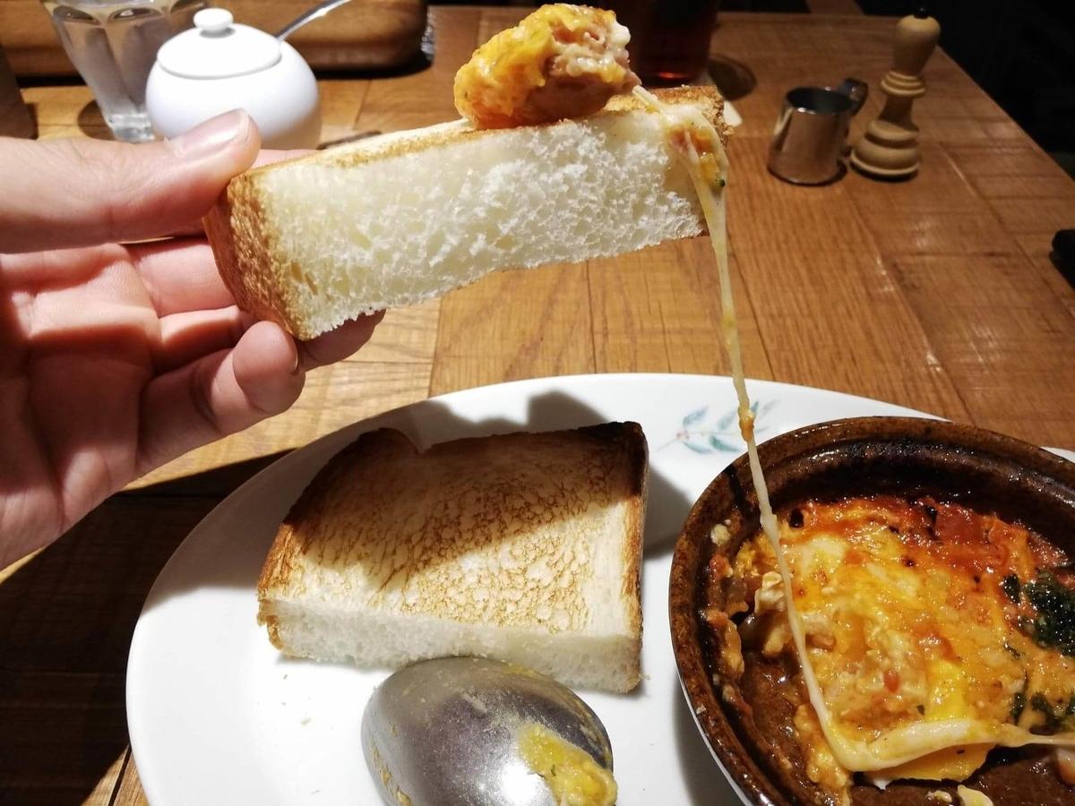 大宮『ドトール珈琲農園』のトーストに、3種チーズのあつあつたまごグラタンをつけている写真