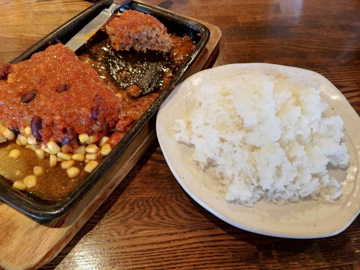 浦和『オープンキッチン然(Open Kitchen 然)』の、残り半分のハンバーグ定食の写真