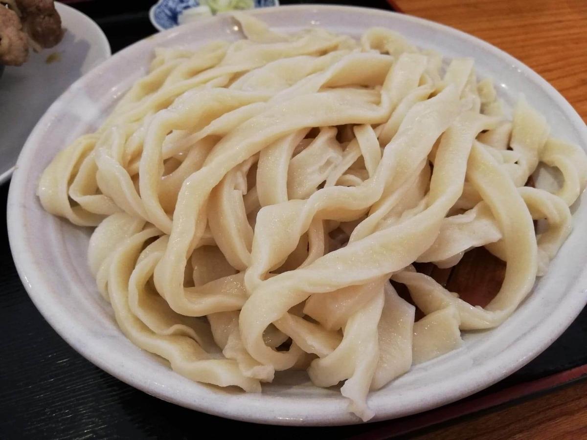 大宮(さいたま新都心)『駕籠休み(かごやすみ)』のうどんの麺のアップ写真