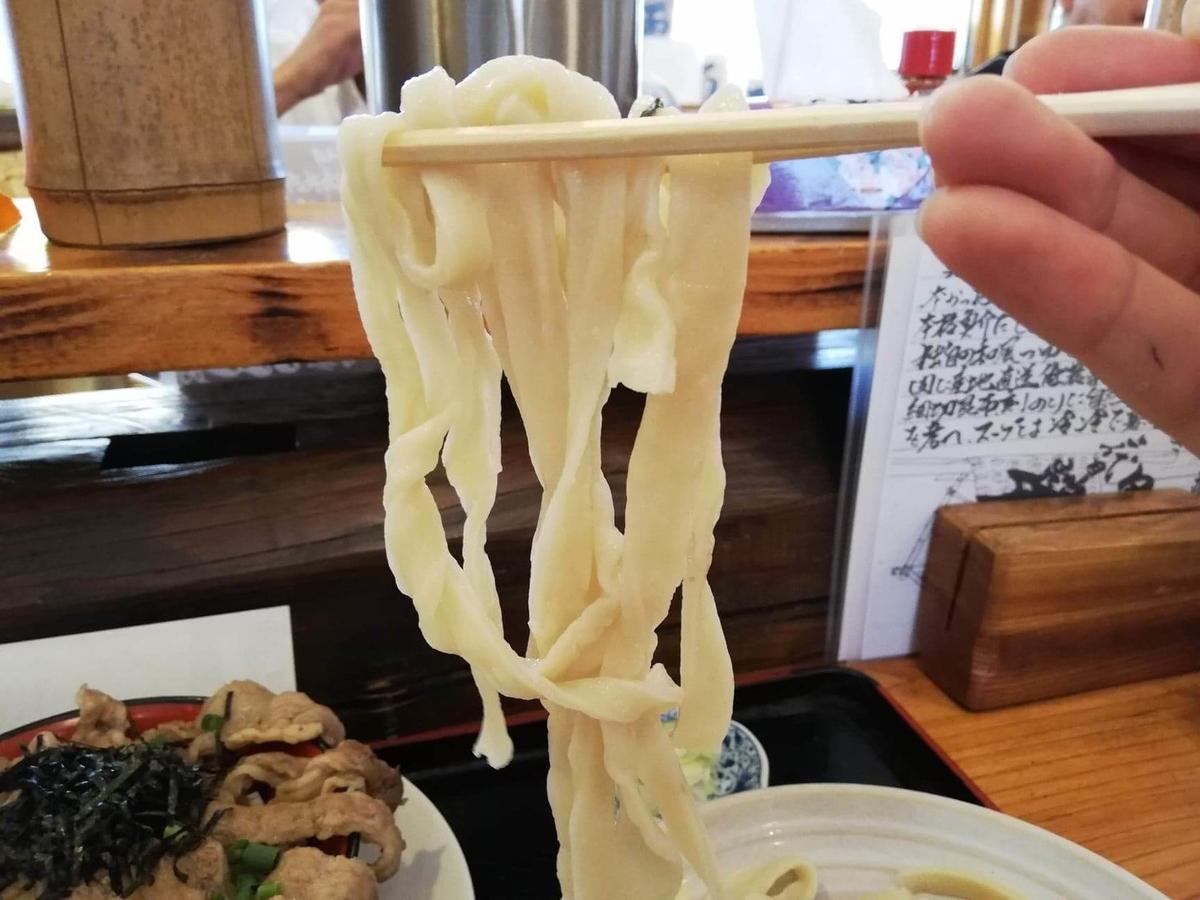 大宮(さいたま新都心)『駕籠休み(かごやすみ)』のうどんを箸で持ち上げている写真