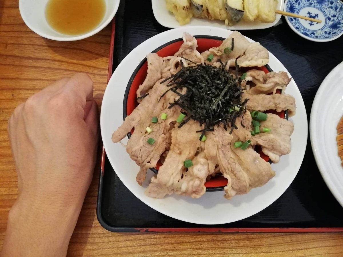大宮(さいたま新都心)『駕籠休み(かごやすみ)』のカルビ丼と拳のサイズ比較写真