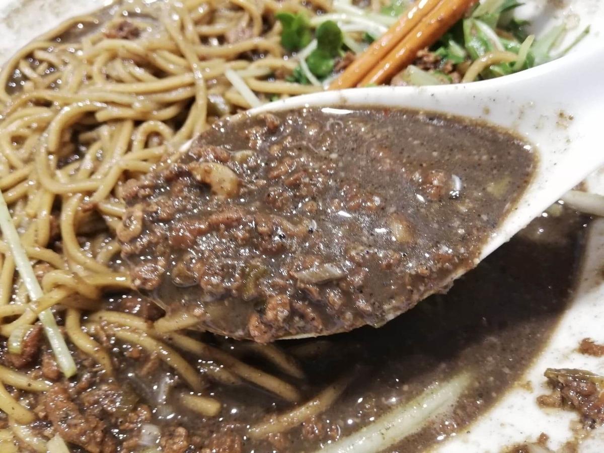北浦和『四川担々麺(担担麺)阿吽』の黒胡麻担担麺のスープの写真