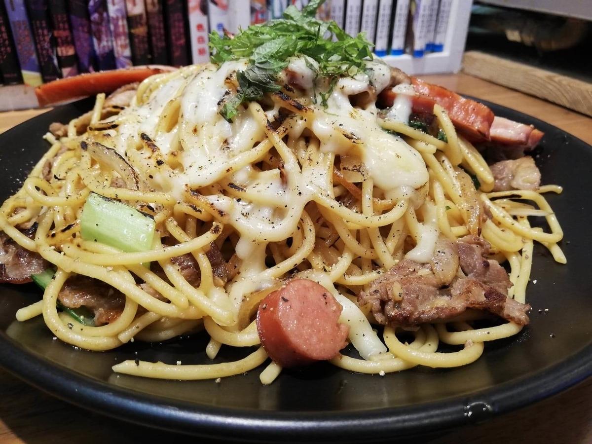 立川『スパゲッティPiaPia(ピアピア)』の、豚にんにくスパゲッティのてっぺんのアップ写真