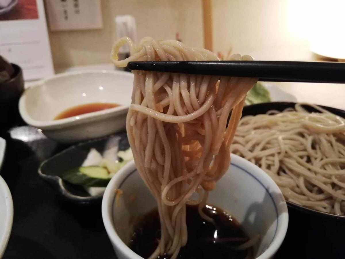 浦和『分上野藪(わけうえのやぶ)かねこ』のそばを箸で掴んだ写真