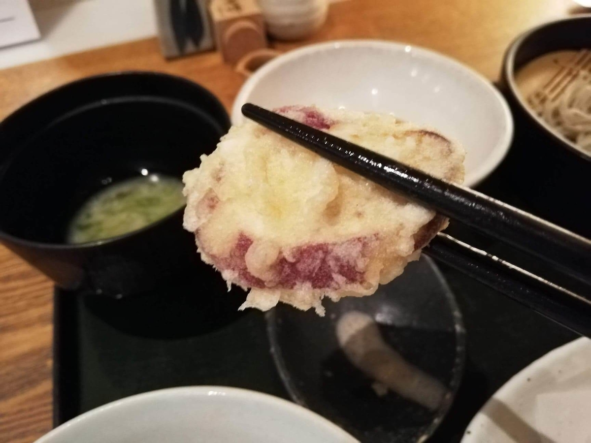浦和『分上野藪(わけうえのやぶ)かねこ』のサツマイモの天ぷらの写真