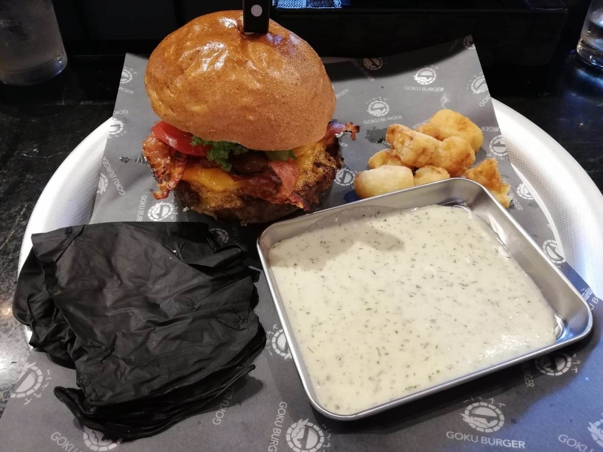 表参道『いしがまや GOKU BURGER(ゴクバーガー)』のBLTチーズバーガーセットの写真