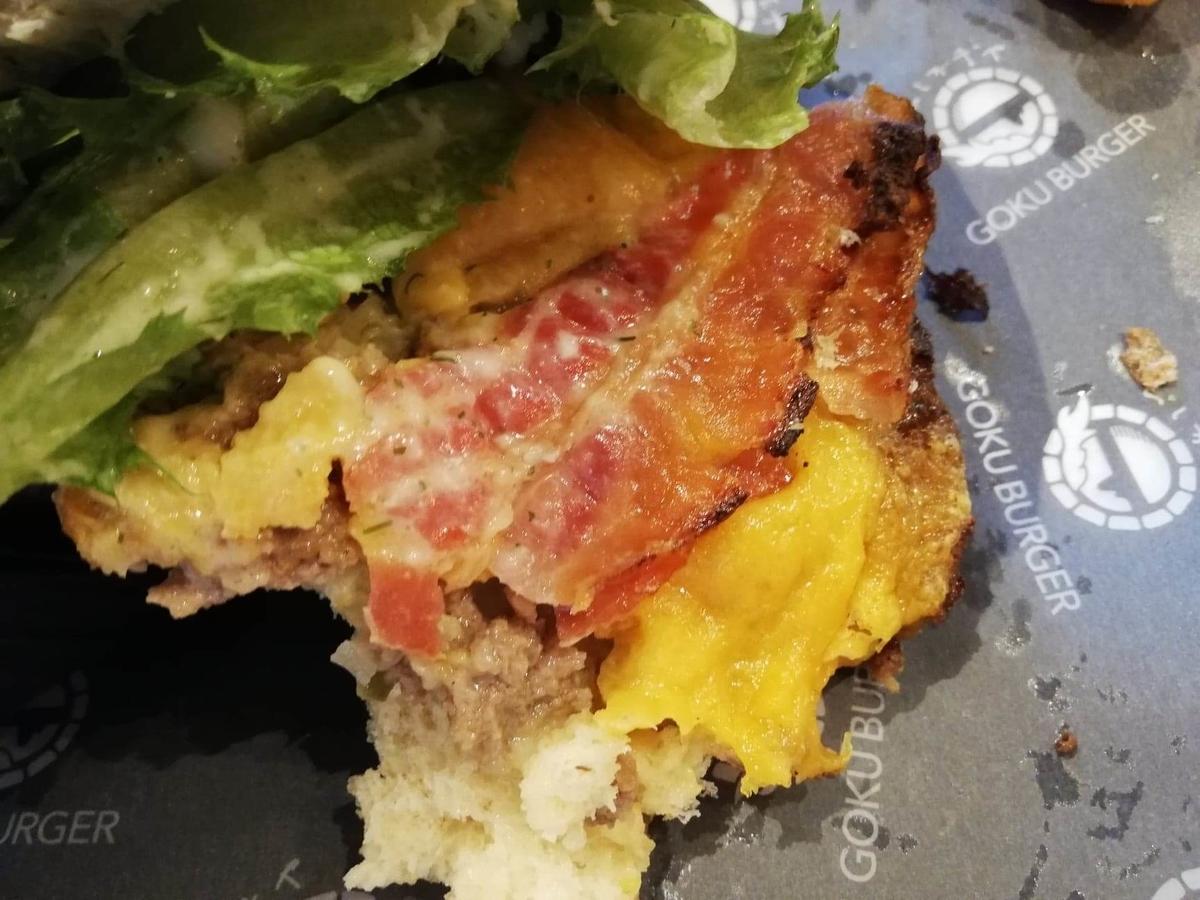 表参道『いしがまや GOKU BURGER(ゴクバーガー)』のBLTチーズバーガーの食べかけの写真