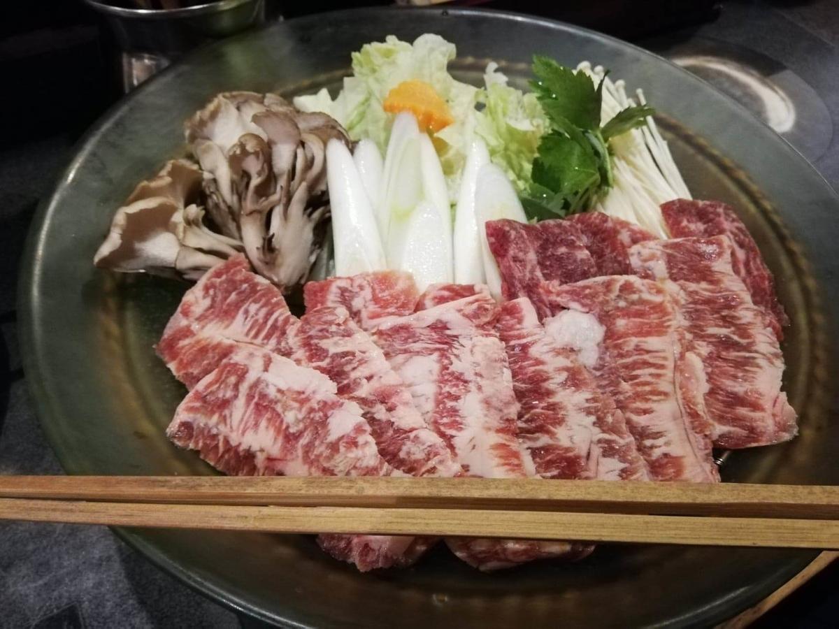 長野県松本市さくら料亭(馬肉料理)『新三よし』の、胡麻味噌だれしゃぶしゃぶ鍋の具材の写真