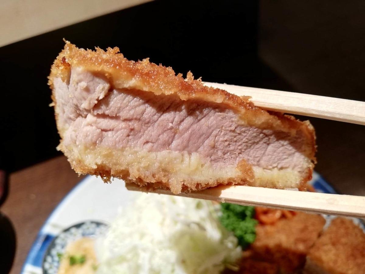 高田馬場『とん久』のヒレを箸で掴んでいる写真