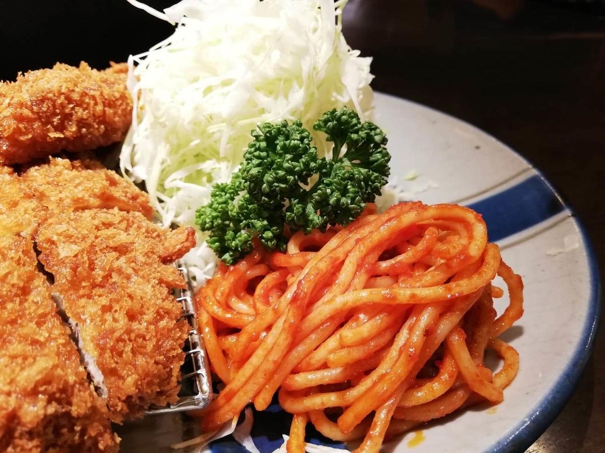 高田馬場『とん久』の合い盛り定食のサイドの写真