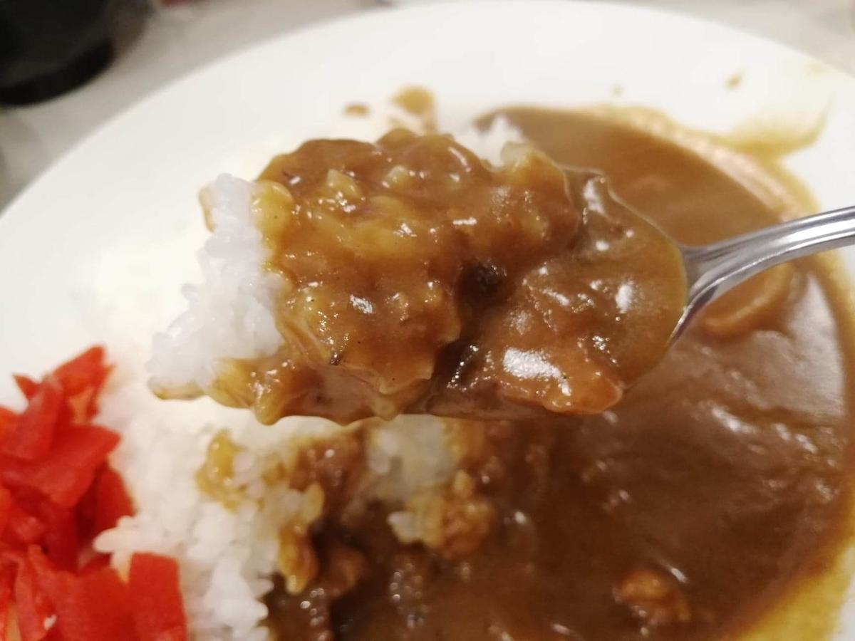 高田馬場『キッチンニュー早苗』のカレーをスプーンですくっている写真