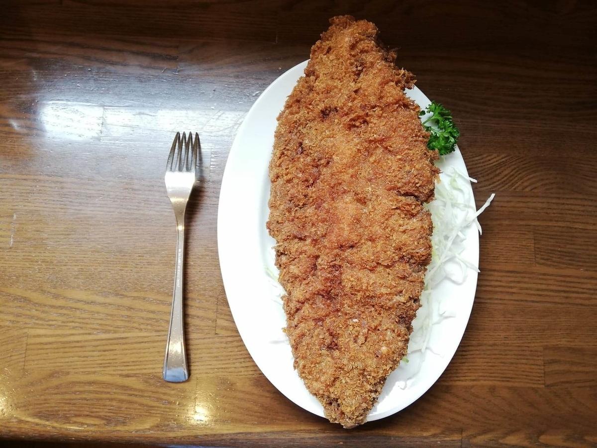 新橋(御成門)『洋食すいす』のメンチカツとフォークのサイズ比較写真