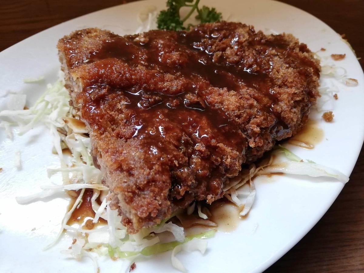 新橋(御成門)『洋食すいす』のメンチカツにソースをかけた写真