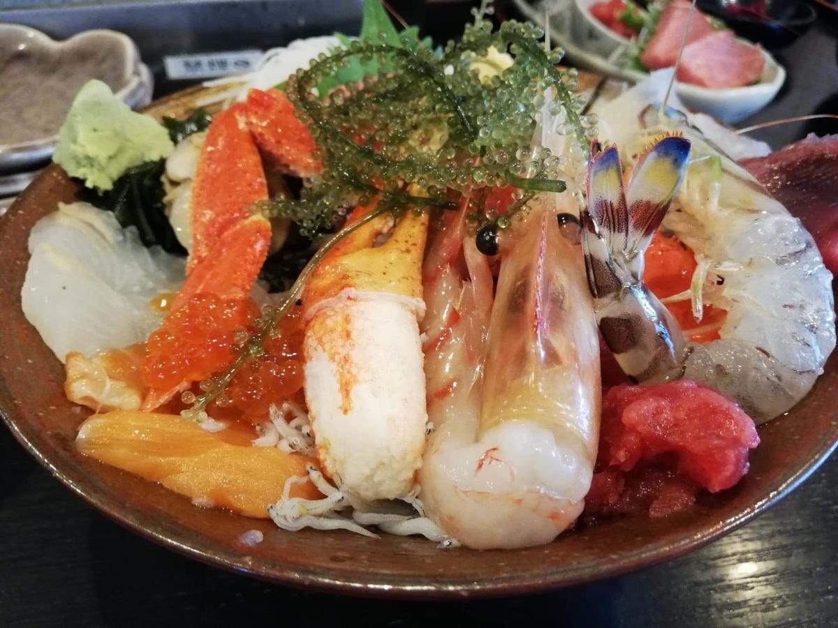 北千住『市場食堂さかなや』の極上海鮮丼のアップ写真①