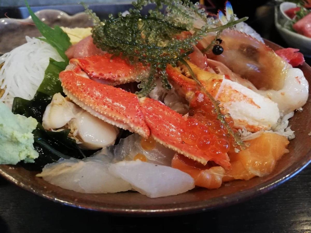 北千住『市場食堂さかなや』の極上海鮮丼のカニのアップ写真