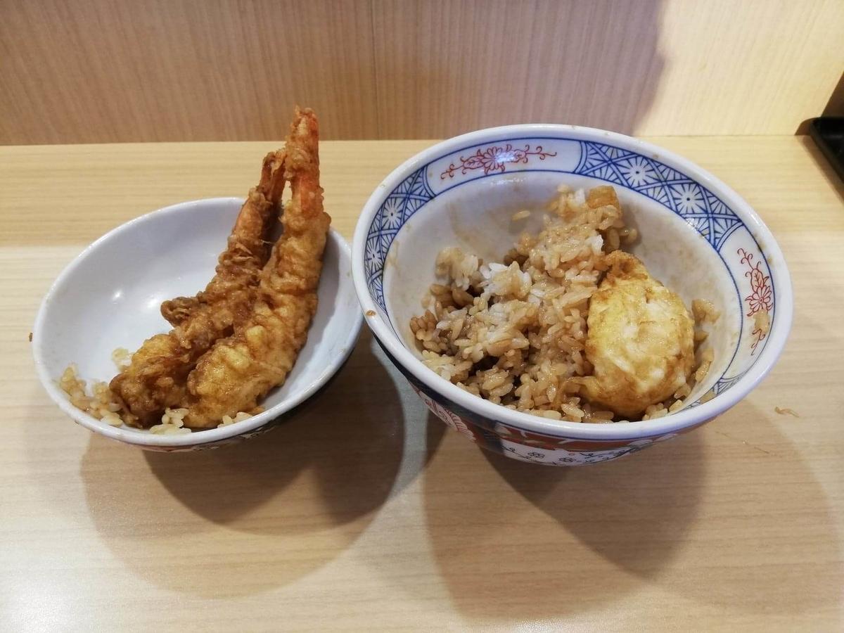 高田馬場『天麩羅えびのや』の残り半分の海老四本丼の写真