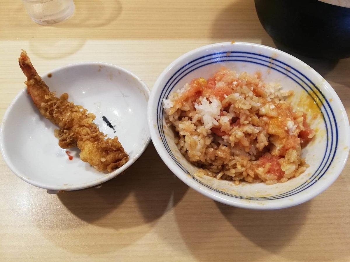 高田馬場『天麩羅えびのや』の海老の天ぷらと残り少しのライスの写真