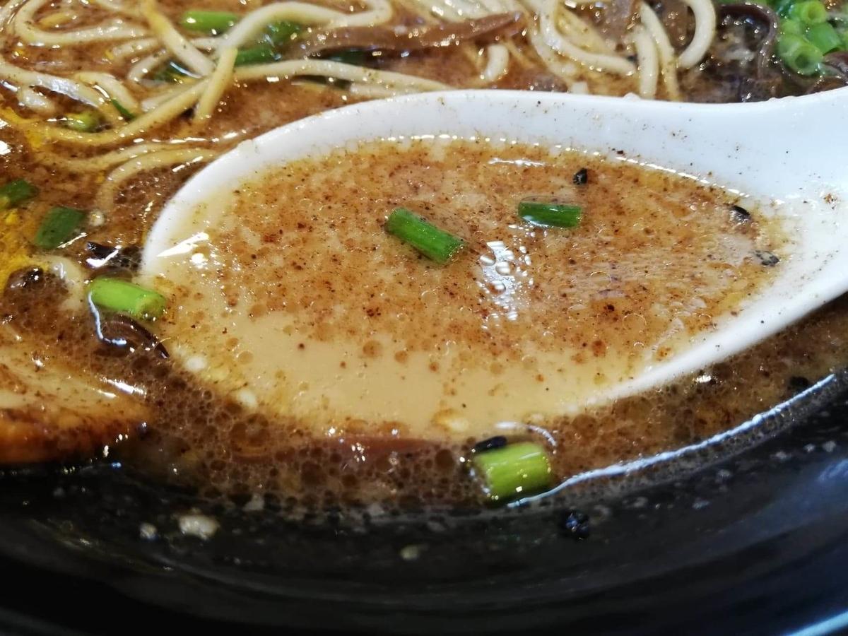 練馬『麺屋黒田』のチャーシュー麺のスープのアップ写真