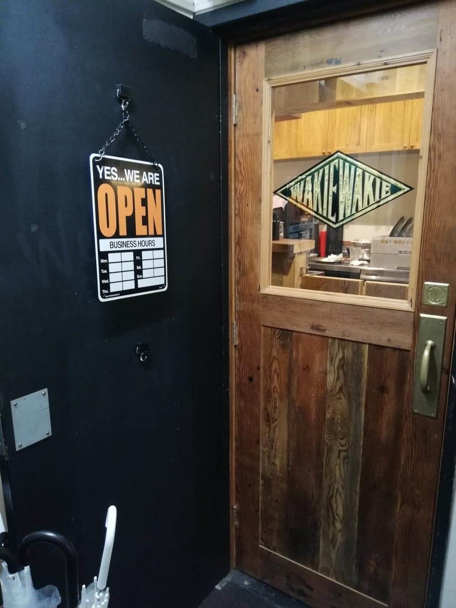 吉祥寺『ウェイキーウェイキー(WAKIE WAKIE)』のドアの写真