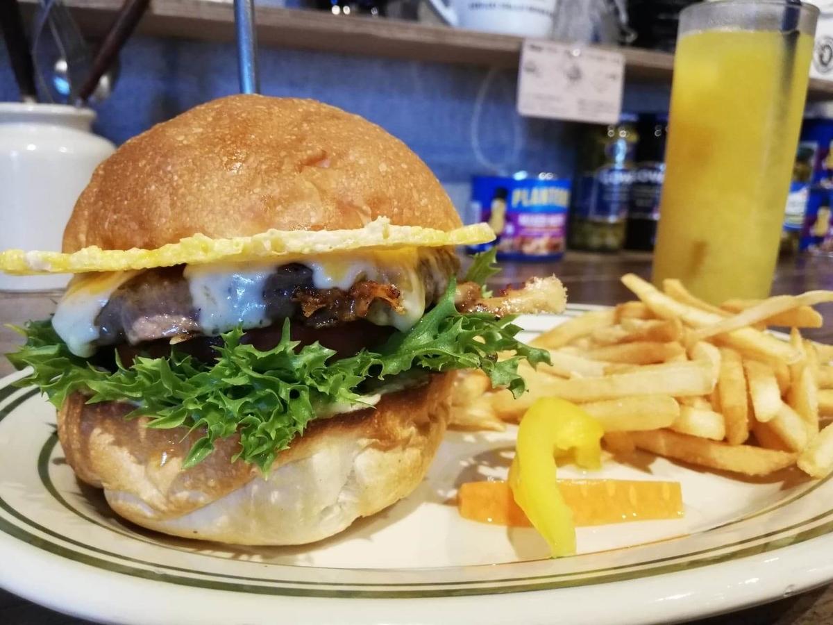 池袋『ビバラバーガー ( Viva la Burger ) 』の、ボウシ ( BOUSHI ) チーズバーガーセットの写真