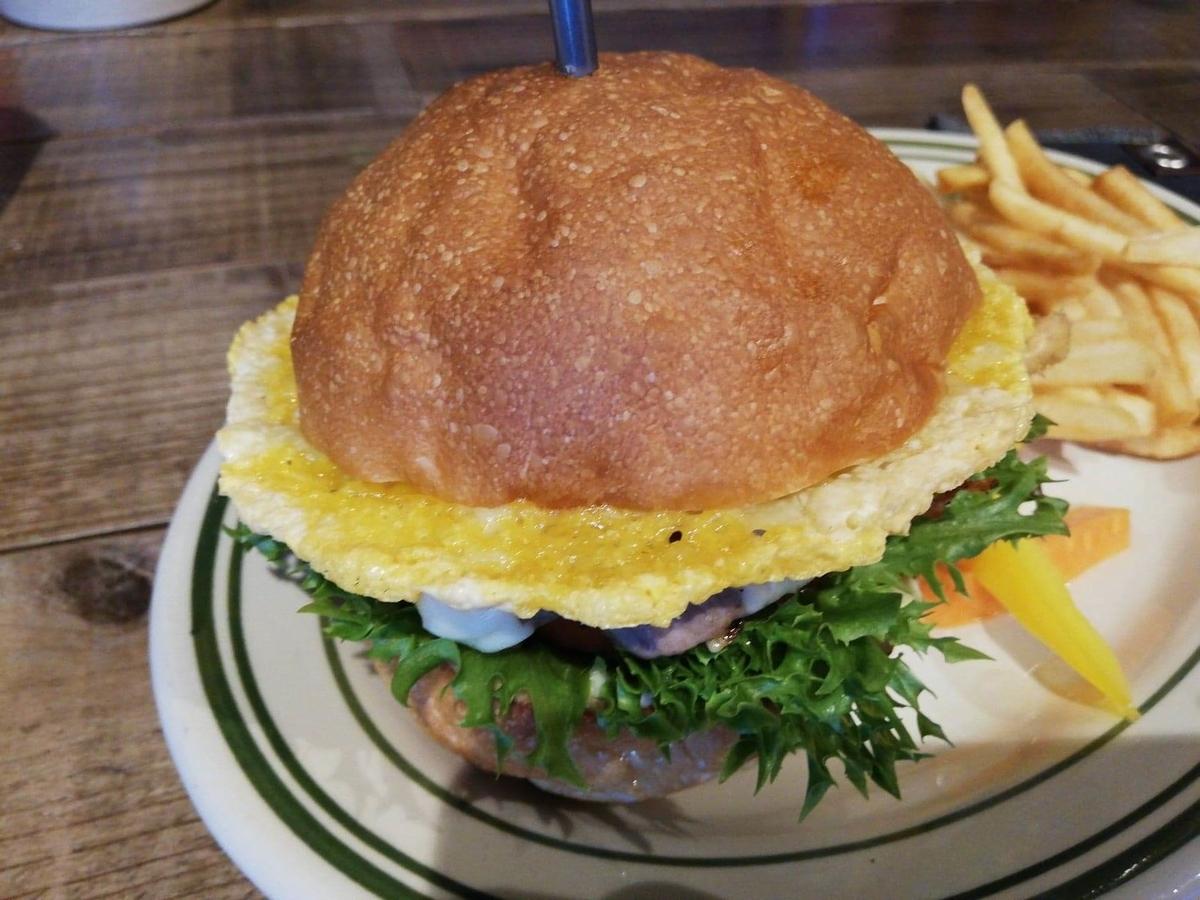 池袋『ビバラバーガー ( Viva la Burger ) 』の、ボウシ ( BOUSHI ) チーズバーガーの写真
