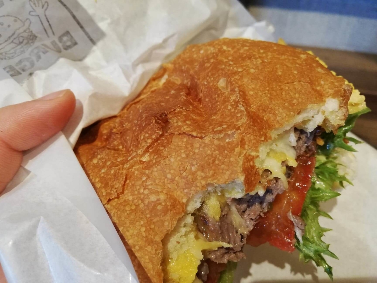 池袋『ビバラバーガー ( Viva la Burger ) 』の、食べかけのボウシ ( BOUSHI ) チーズバーガーの写真