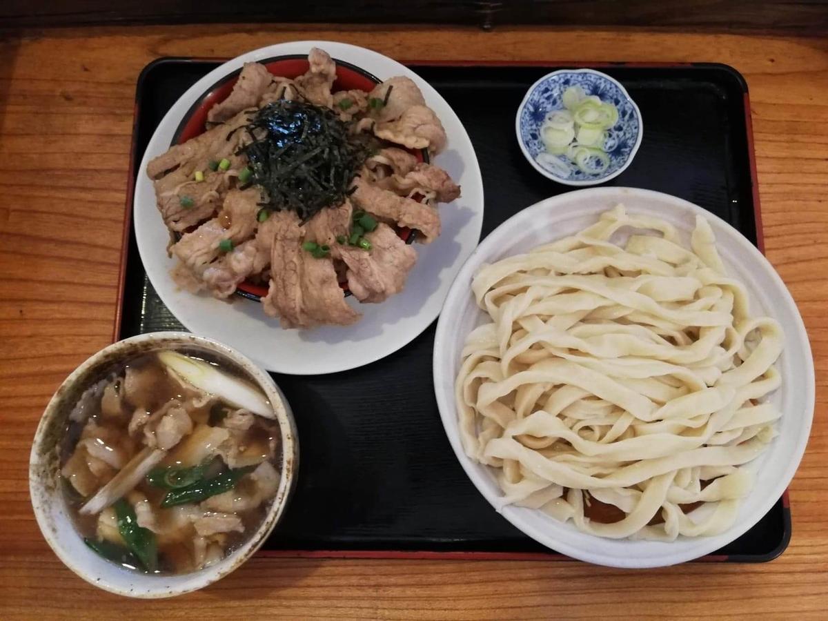 大宮(さいたま新都心)『駕籠休み(かごやすみ)』の、肉汁うどんとカルビ丼の写真