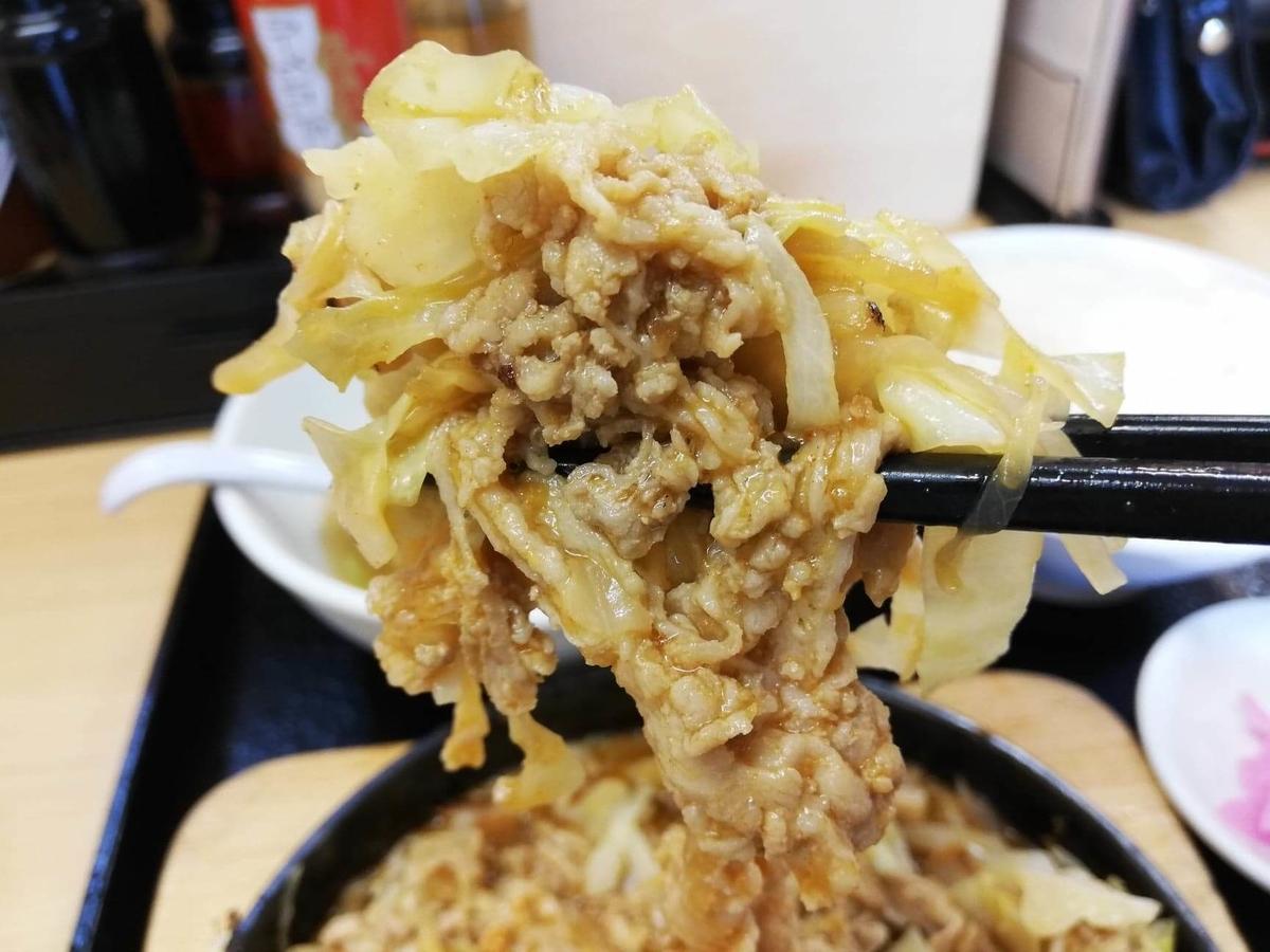 東中野『大盛軒』の鉄板麺を箸で掴んでいる写真