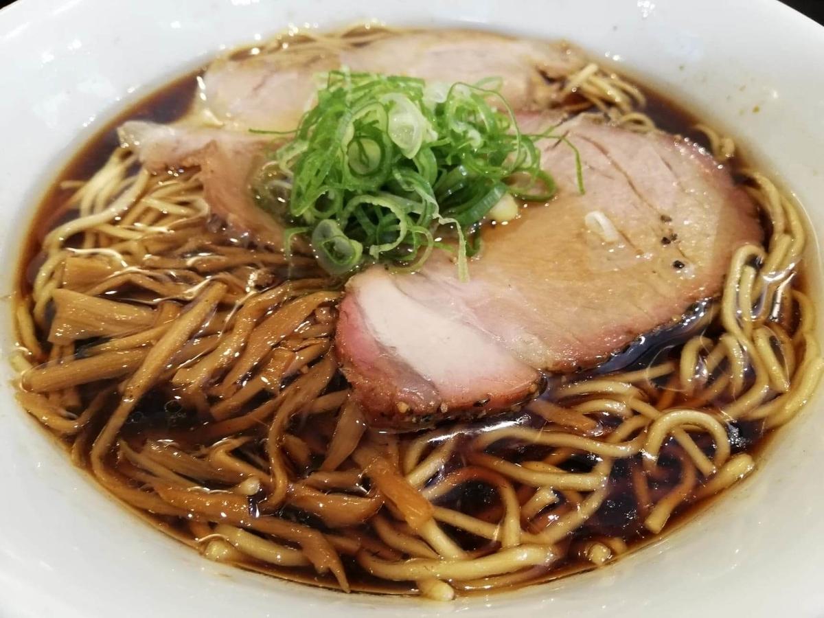 東中野『かしわぎ』の醤油ラーメンのアップ写真