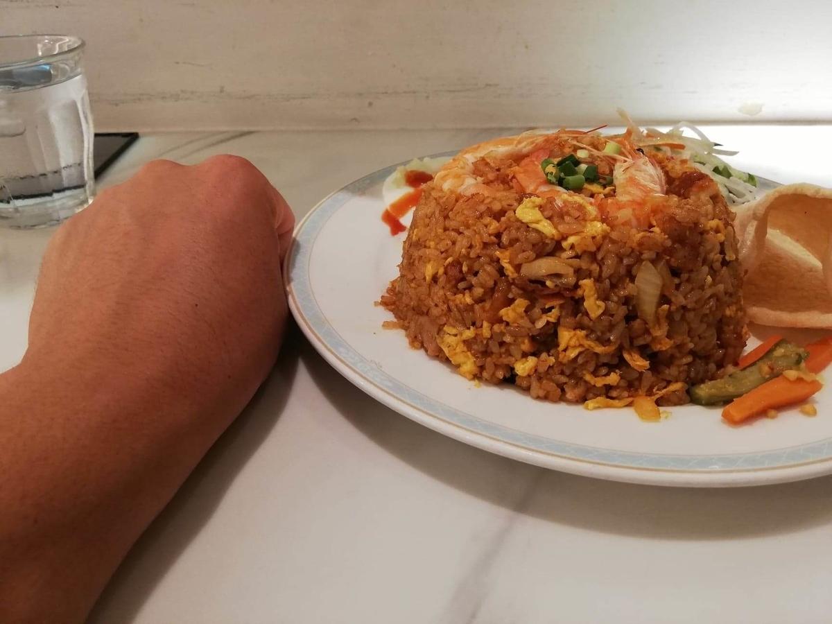 盛りもり祭2019『シンガポール海南鶏飯』のナシゴレンプレート(マレー風炒飯)と拳のサイズ比較写真