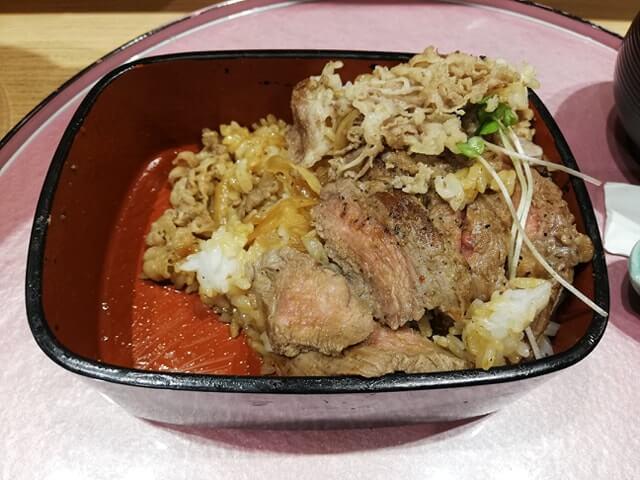 大阪『ビフテキ重・肉飯 ロマン亭』の、残り少しのロマン亭錦重の写真