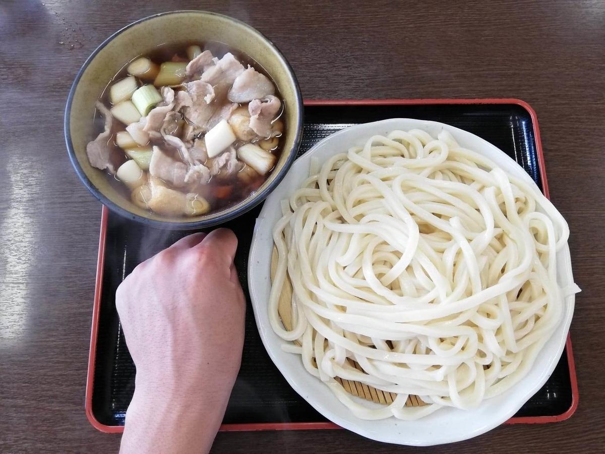 川越『藤店うどん』の肉汁うどんと拳のサイズ比較写真