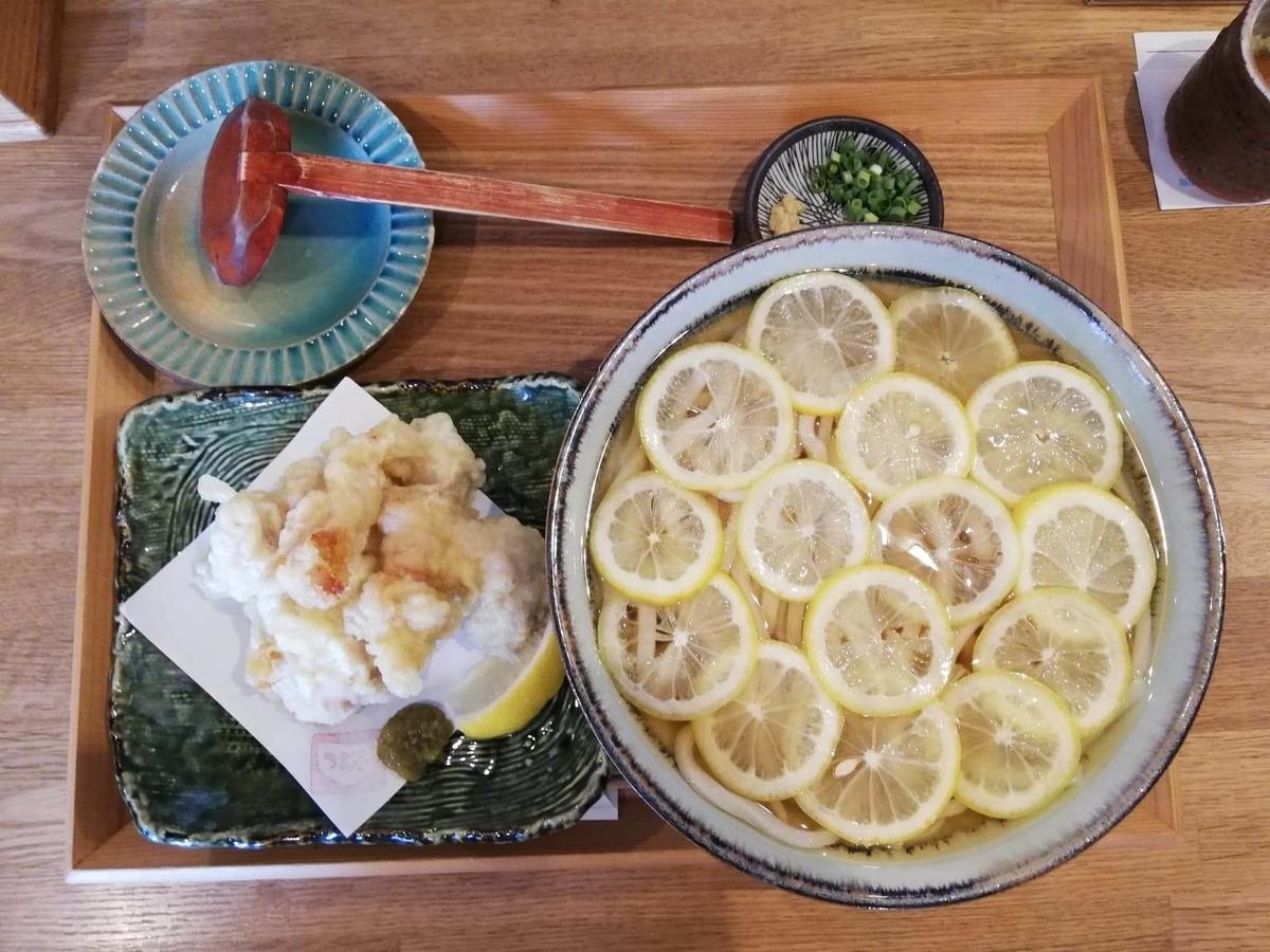本川越『うどんとお酒土麦』の、レモンの冷かけうどんと鶏天盛の写真