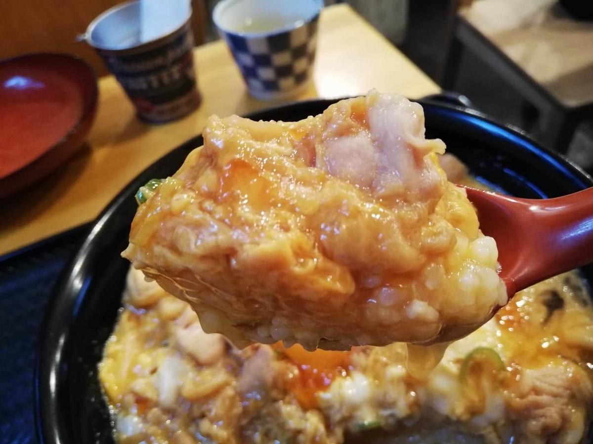 本川越『小江戸オハナ』の、親子丼をスプーンですくっている写真