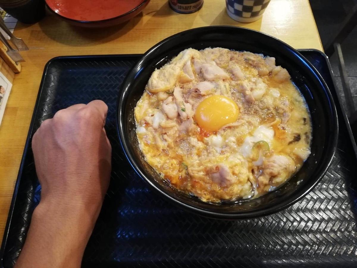 本川越『小江戸オハナ』の、親子丼と拳のサイズ比較写真
