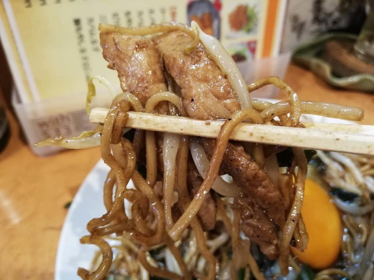 東武練馬『あぺたいと』の、あぺたいと両面やきそばを箸で掴んだ写真