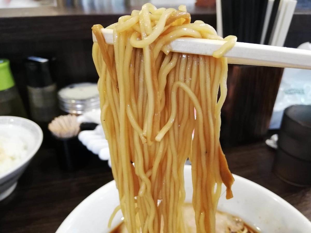 東中野『かしわぎ』の醤油ラーメンの麺のアップ写真