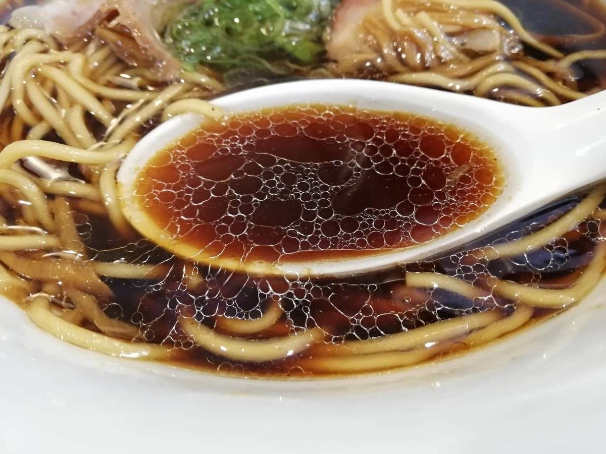 東中野『かしわぎ』の醤油ラーメンのスープのアップ写真