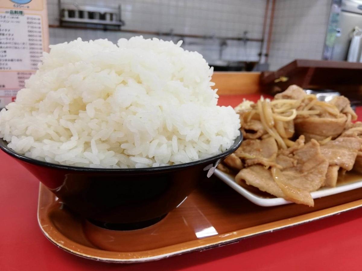 新座『くるまやラーメン』の焼肉定食のライスのアップ写真